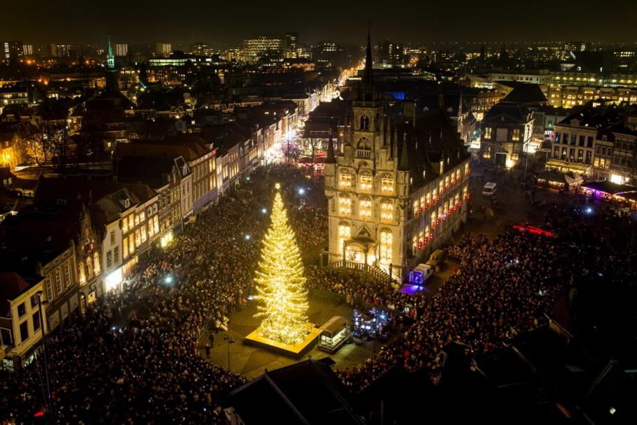 Mesto syra osvetlené sviečkami