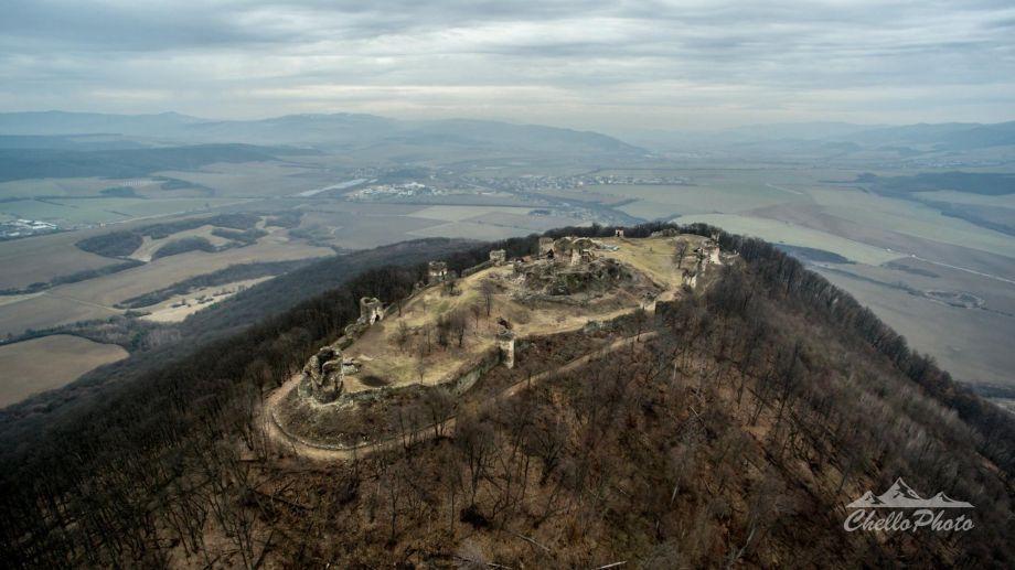 Pozrite si Šarišský hrad zvtáčej perspektívy. Jeho veľkosť vás prekvapí