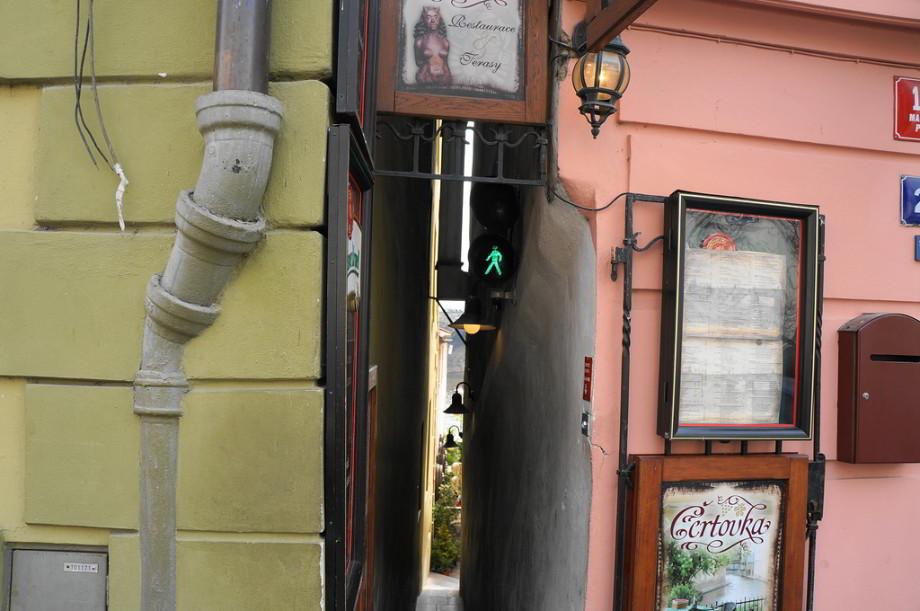 V najužšej pražskej uličke