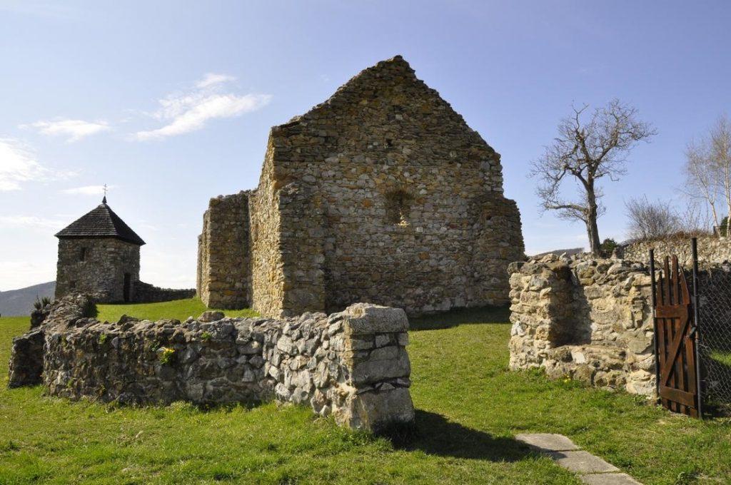 Slovensko zdobia nielen ruiny hradov. Pozrite si husitský kostolík vLúčke