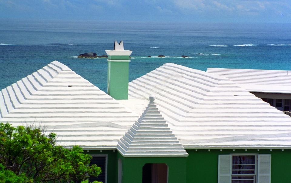 Prečo majú domy naBermudách biele strechy?