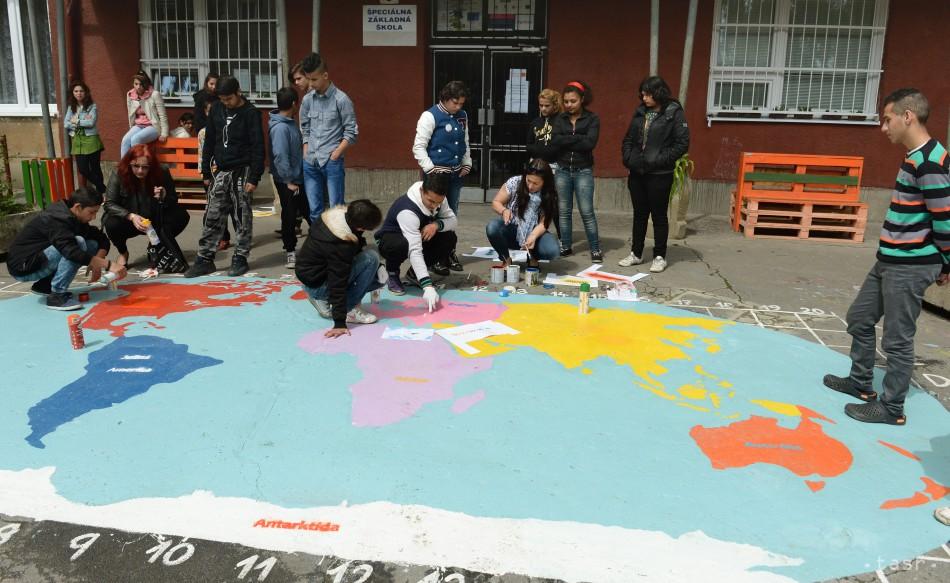 veľká mapa sveta na školskom dvore