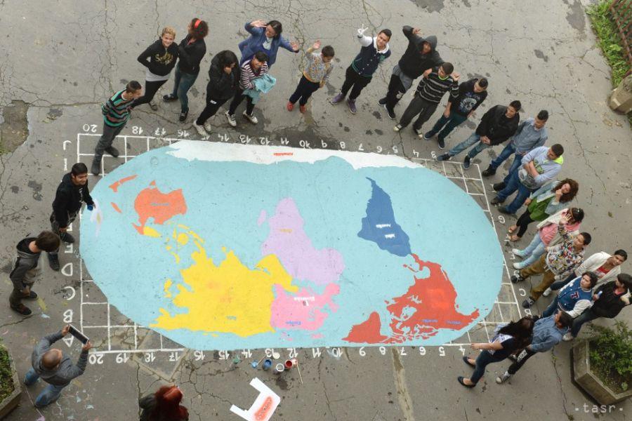mapa sveta na školskom dvore