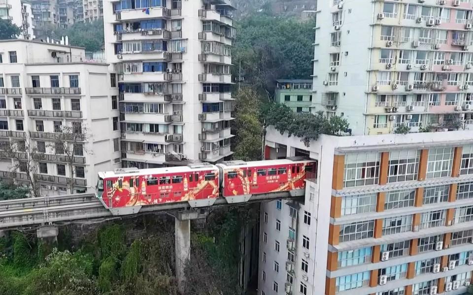 Vlak, ktorý prechádza 19-poschodovou bytovkou. VČíne je možné všetko