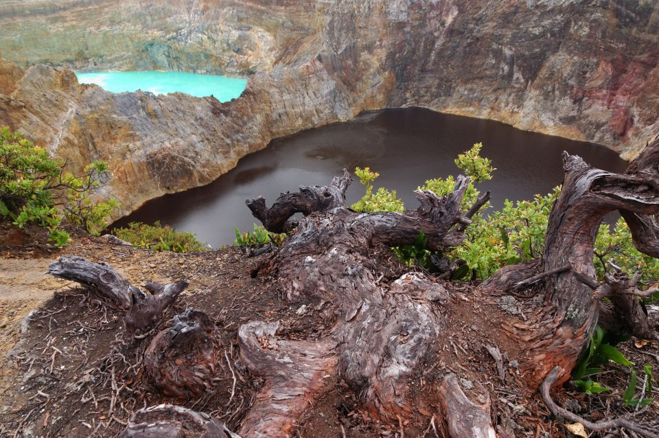 Jazerá troch farieb navrchole indonézskej sopky Kelimutu