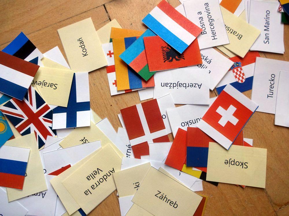 Štáty Európy, ich hlavné mestá avlajky. Domino akartičky, ktoré potrápia ajnajšikovnejších
