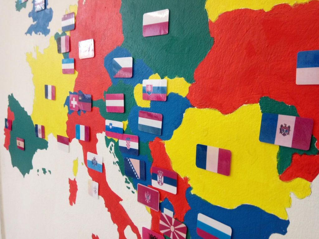 Namaľujte si nastenu mapy apremeňte ich nageografické hry, ktoré majú žiaci stále poruke